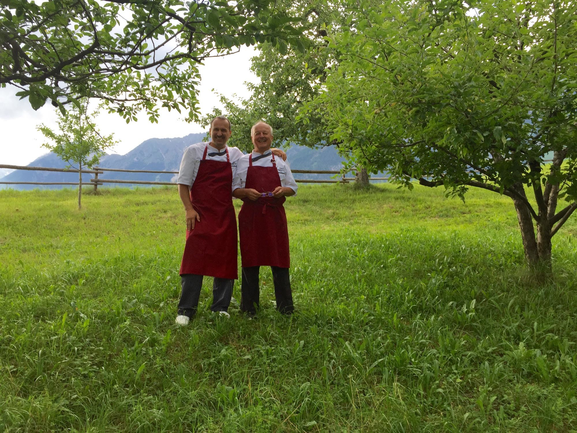 Senior Helmut und Junior Rainer im Obstgarten des Hotel Heiligkreuz