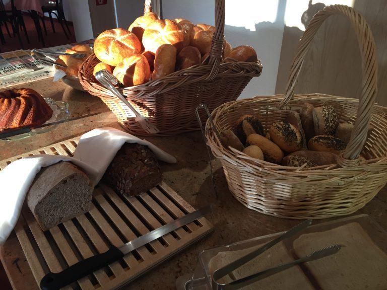frisches Gebäck uns Brot - Hotel Heiligkreuz Hall bei Innsbruck