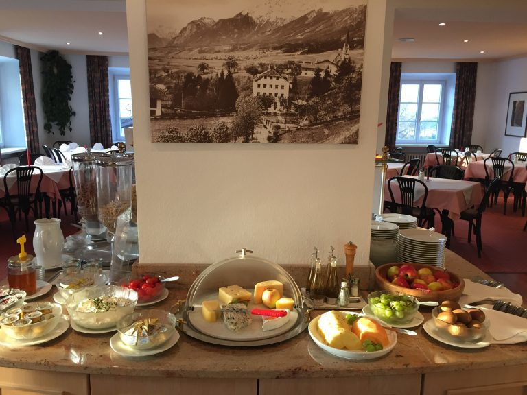 Käse und Früchte zum Frühstück - Hotel Heiligkreuz Hall bei Innsbruck