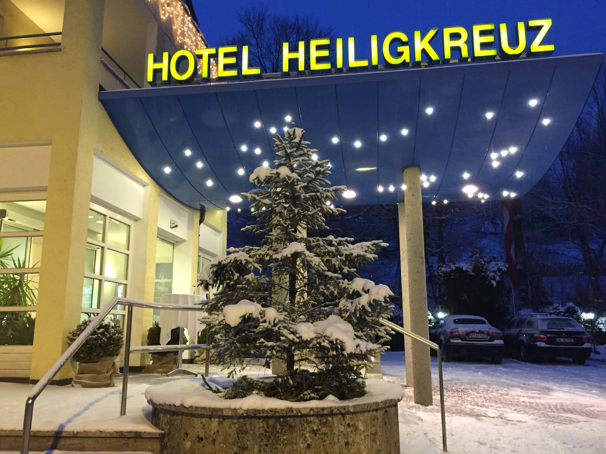 Winter Eingang Hotel Heiligkreuz Hall bei Innsbruck